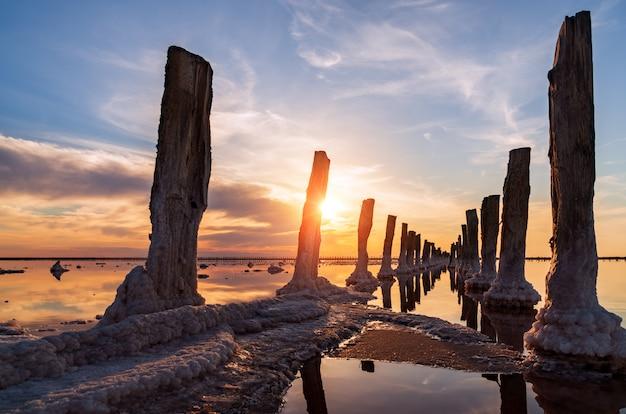 Lac salé au coucher du soleil Photo Premium