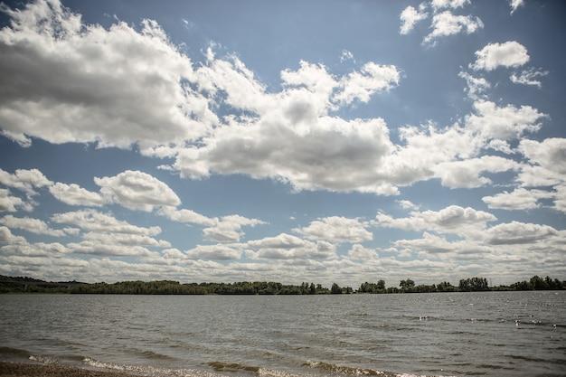 Un Lac Sous Le Ciel Nuageux Avec Une Forêt Photo gratuit