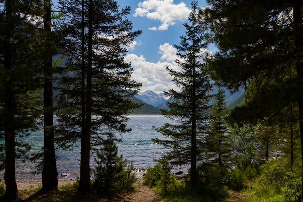 Lacs multinsky dans les montagnes de l'altaï. Photo Premium