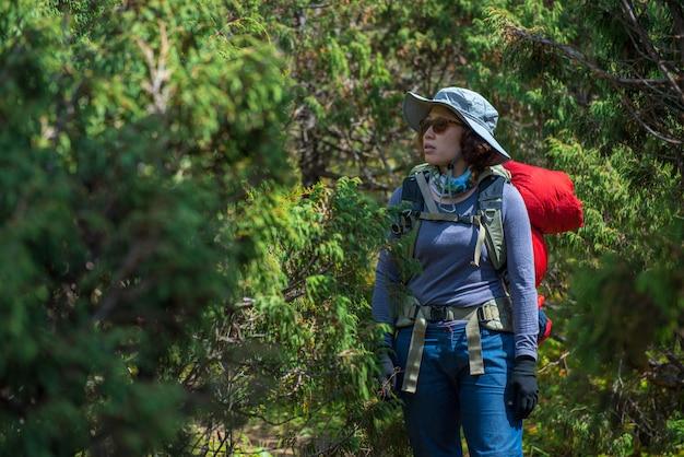 Lady backpacker ou trekker avec sac à dos perdu dans la jungle au népal Photo Premium