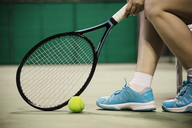 Lady tennis joueur assis dans le court Photo gratuit