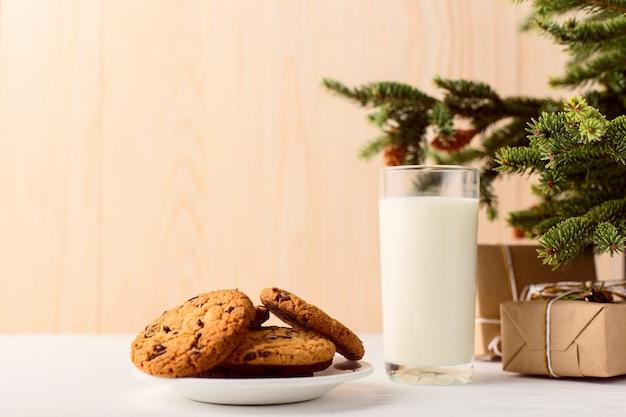 Lait Et Biscuits Pour Le Père Noël Sous Le Sapin Photo Premium