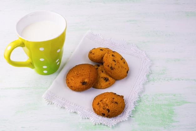 Lait et biscuits sucrés, espace de copie Photo Premium
