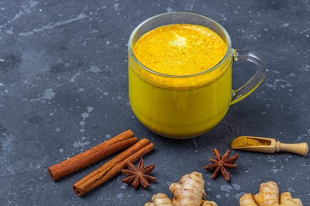 Le Lait De Curcuma Boisson Traditionnelle Indienne Est Du Lait Doré Dans Une Tasse En Verre Avec Du Curcuma Et Du Gingembre Racine Photo Premium