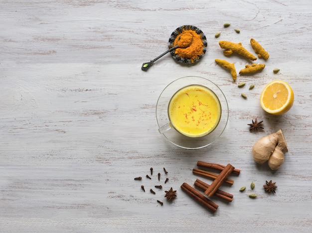 Lait Doré Au Curcuma, Cannelle, Gingembre, Citron Et Poivre. Prévention Des Infections Antivirales Photo Premium