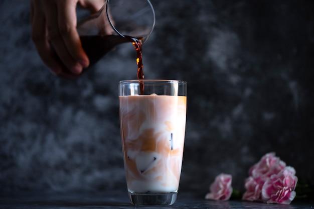 Lait frais froid mélangé à de délicieux jus de fruits Photo Premium