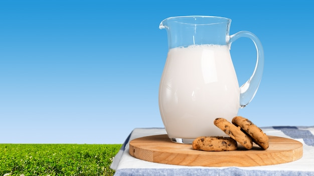 Lait frais sur la table Photo Premium