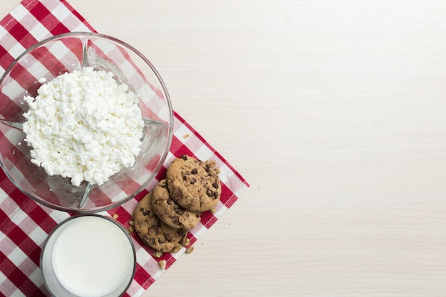 Lait, fromage cottage - fond de produits laitiers Photo Premium