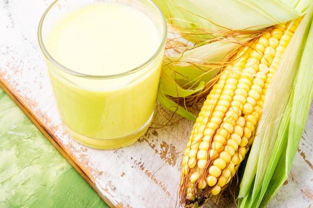 Lait de maïs en verre Photo Premium