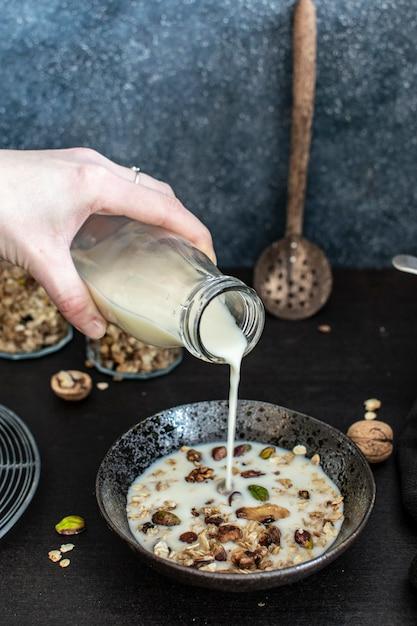 Lait de soja versé sur granola Photo Premium