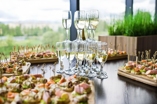 Lame de champagne sur la table du restaurant Photo Premium