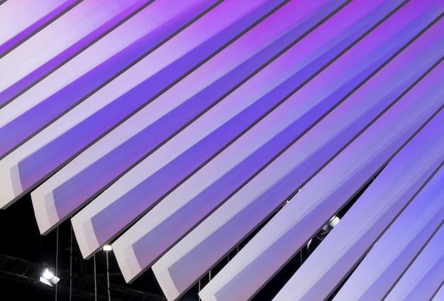 Lame en plastique incurvée avec la lumière violette. Photo Premium