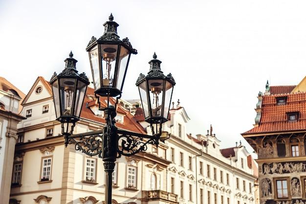 Lampadaire traditionnel dans une rue de la vieille ville, staromestska namesti, prague, république tchèque Photo Premium