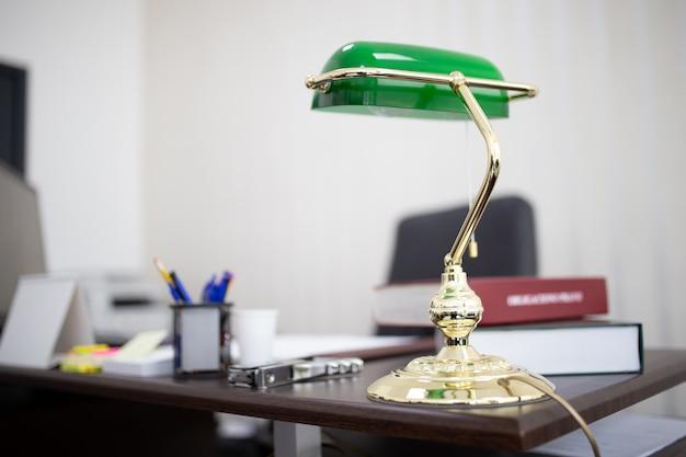 Lampe De Bureau Verte Dans Un Bureau Avec Des Livres Et Des Fichiers Photo gratuit