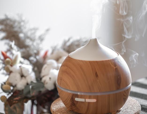Lampe Diffuseur D'huile D'arôme Sur Une Table. Concept D'aromathérapie Et De Soins De Santé. Photo gratuit