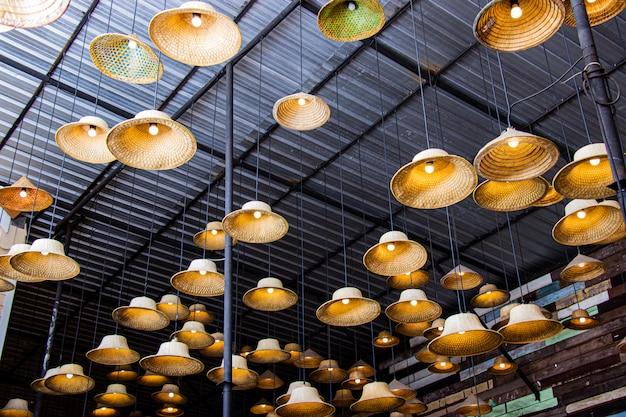 Lampe fabriquée à partir d'un chapeau fait de matériaux locaux en bambou dans un restaurant du marché flottant d'amphawa. Photo Premium