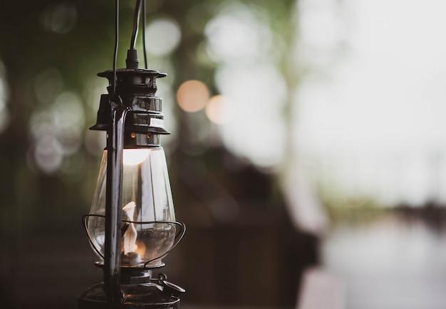 Lampe à Huile Accrochée Au Mur De Pierre De La Grotte Photo Premium