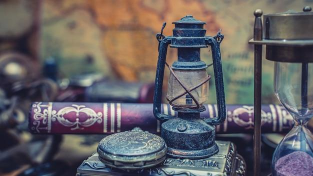 Lampe à Huile Sur Vieux Livre Photo Premium