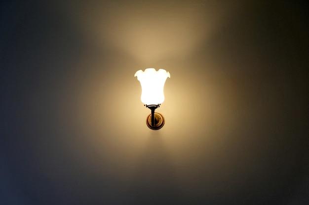 Lampe à incandescence dans la chambre Photo Premium