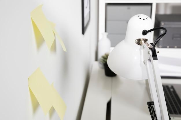 Lampe Intérieure En Gros Plan Avec Des Notes Autocollantes Photo gratuit