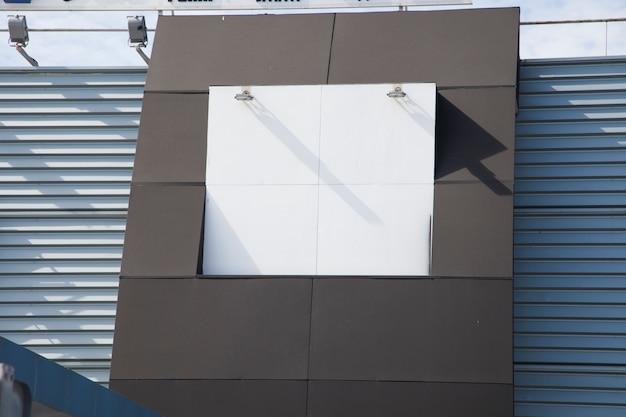 Lampe sur panneau d'affichage vide blanc sur mur Photo gratuit