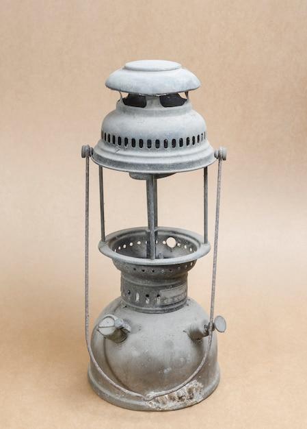 Lampe à pétrole vintage sur fond de papier Photo Premium