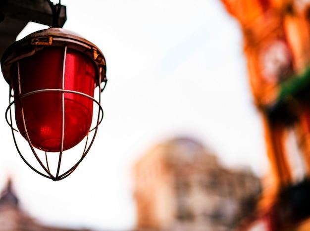 Lampe rouge avec cadre en métal dans la rue Photo Premium
