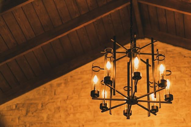 Lampe vintage suspendue dans la chambre. Photo Premium