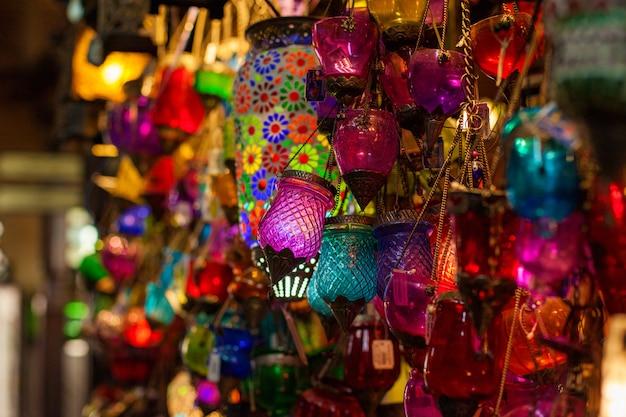 Lampes arabes multicolores sur le marché oriental Photo Premium