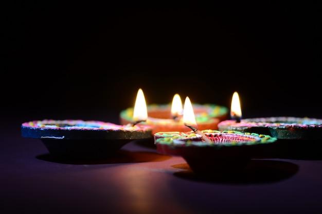 Lampes En Argile Colorée Diya (lanterne) Allumées Pendant La Célébration De Diwali. Conception De Cartes De Voeux Festival Indien De La Lumière Hindoue Appelé Diwali. Photo Premium