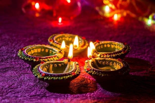 Lampes En Argile Diya Allumées Pendant La Célébration De Diwali. Conception De Cartes De Voeux Fête De La Lumière Hindoue Indienne Appelée Diwali Photo Premium