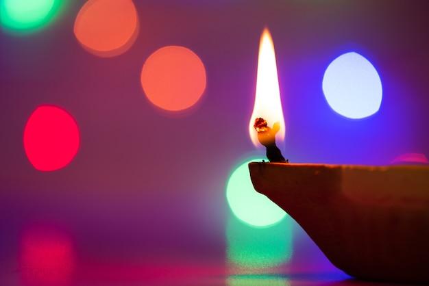 Lampes clay diya allumées lors de la fête dipavali, fête hindoue des lumières Photo Premium