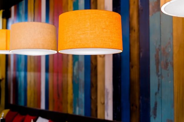 Lampes orange dans un café la nuit Photo Premium