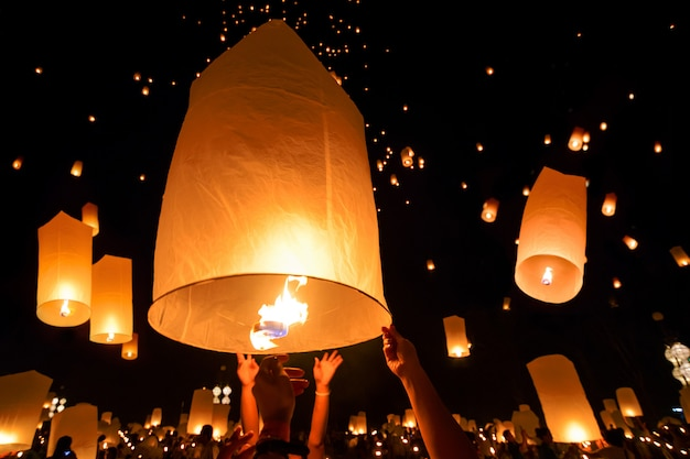 Lanterne flottante dans le nouvel an traditionnel thaïlandais, yi peng et loy krathong Photo Premium