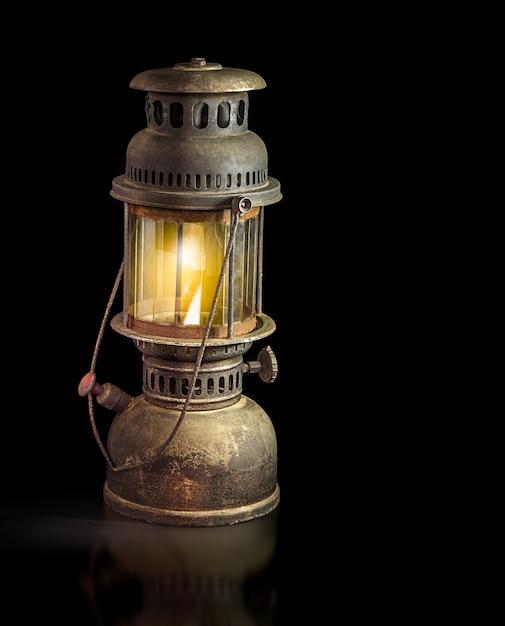 Lanterne d'orage sur fond noir Photo Premium