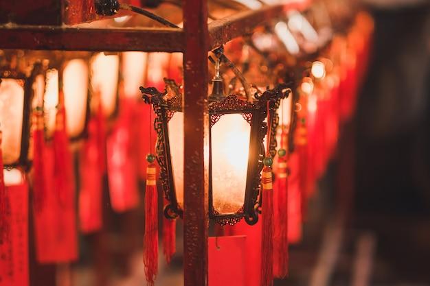 Lanterne rouge, intérieur, temple man mo, à, hollywood, route, district sheung wan, hong kong Photo Premium