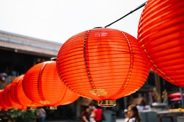 Lanterne rouge suspendue Photo gratuit