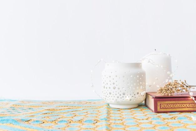 Lanternes Et Coran Avec Des Fleurs Photo gratuit