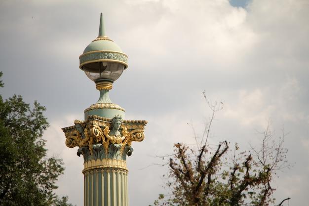Lanternes et statues sur la place de la concorde à paris Photo Premium
