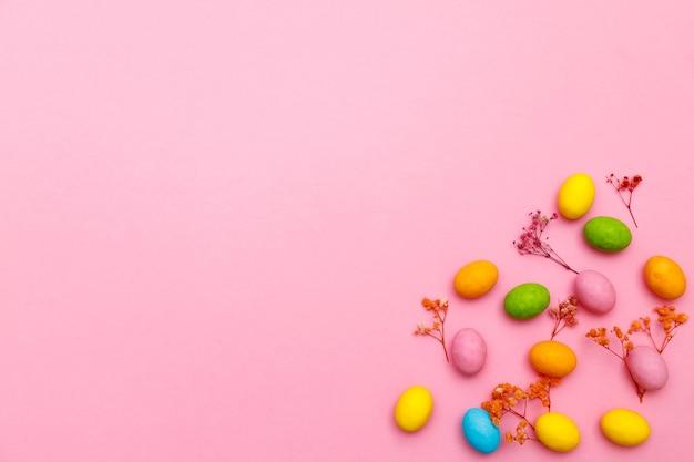 Lapin De Pâques. Joyeuses Pâques Vacances Fond Concept.flat Lapin Coloré Oeuf Avec Accessoire à La Célébration Sur Papier Pastel Rose Rustique Moderne Au Bureau à Domicile. Photo Premium
