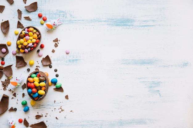 Lapins Mignons Près De Bonbons De Pâques Photo gratuit