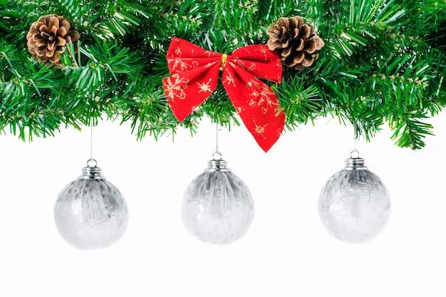 Large Bordure De Noël En Forme D'arche Avec Des Boules De Noël Blanches Suspendues Photo Premium