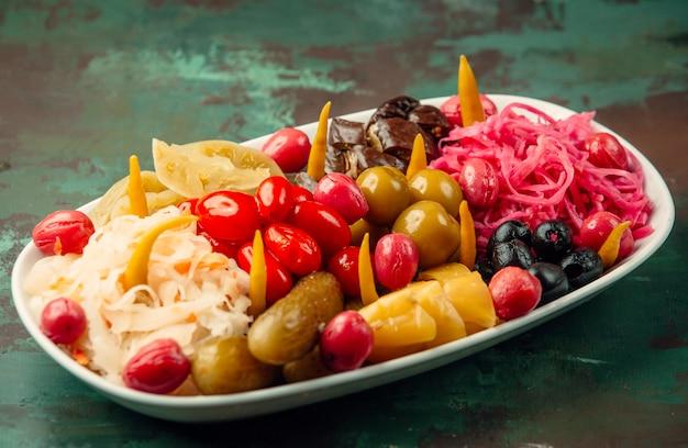 Large Choix De Fruits Et Légumes Marinés Dans Une Assiette Blanche. Photo gratuit