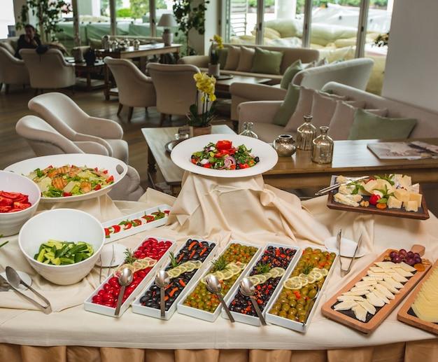 Une large sélection d'entrées, y compris les variétés d'olives, de fromages et de salades. Photo gratuit