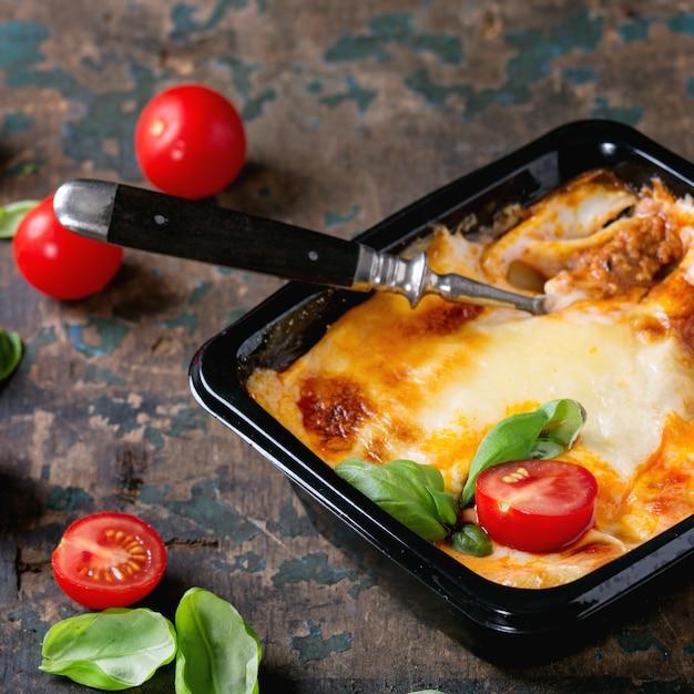 Lasagne Dans Une Boîte En Plastique Photo Premium