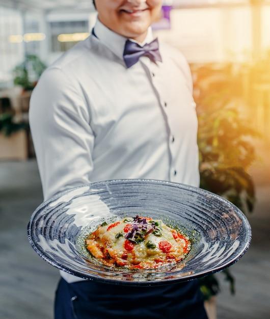 Lasagne italienne dans l'assiette Photo gratuit