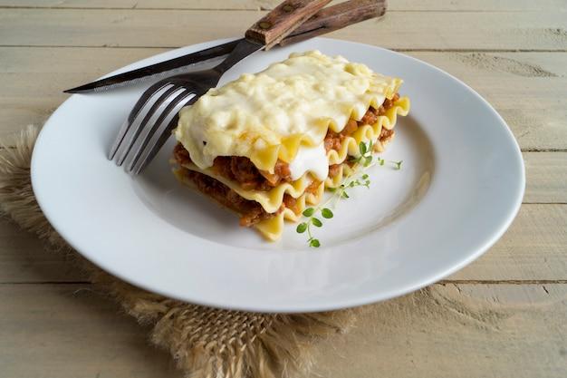 Lasagne à La Viande Sur Un Fond En Bois. Photo Premium