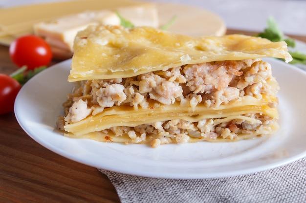 Lasagne à la viande hachée et au fromage sur une surface en bois brune. Photo Premium