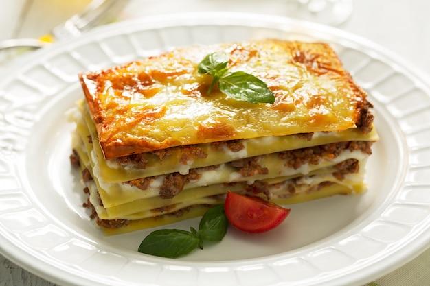 Lasagnes italiennes traditionnelles à base de viande de bœuf hachée. vue de côté Photo Premium