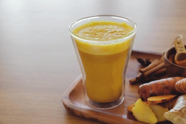 Latte au curcuma, lait doré, lait au curcuma, boisson saine pour hipster Photo Premium